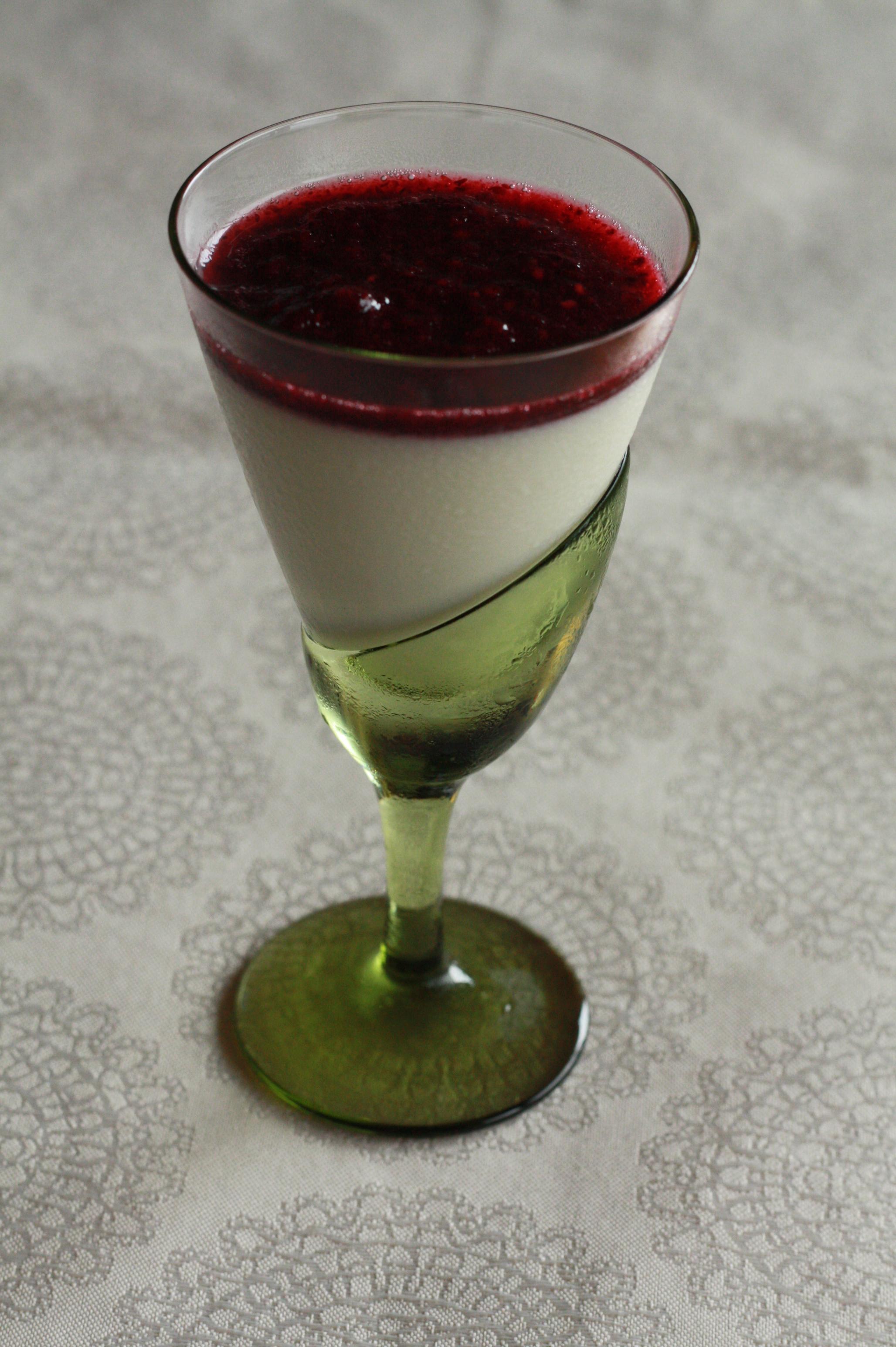 ミルクのブランマンジェ 木苺のソース