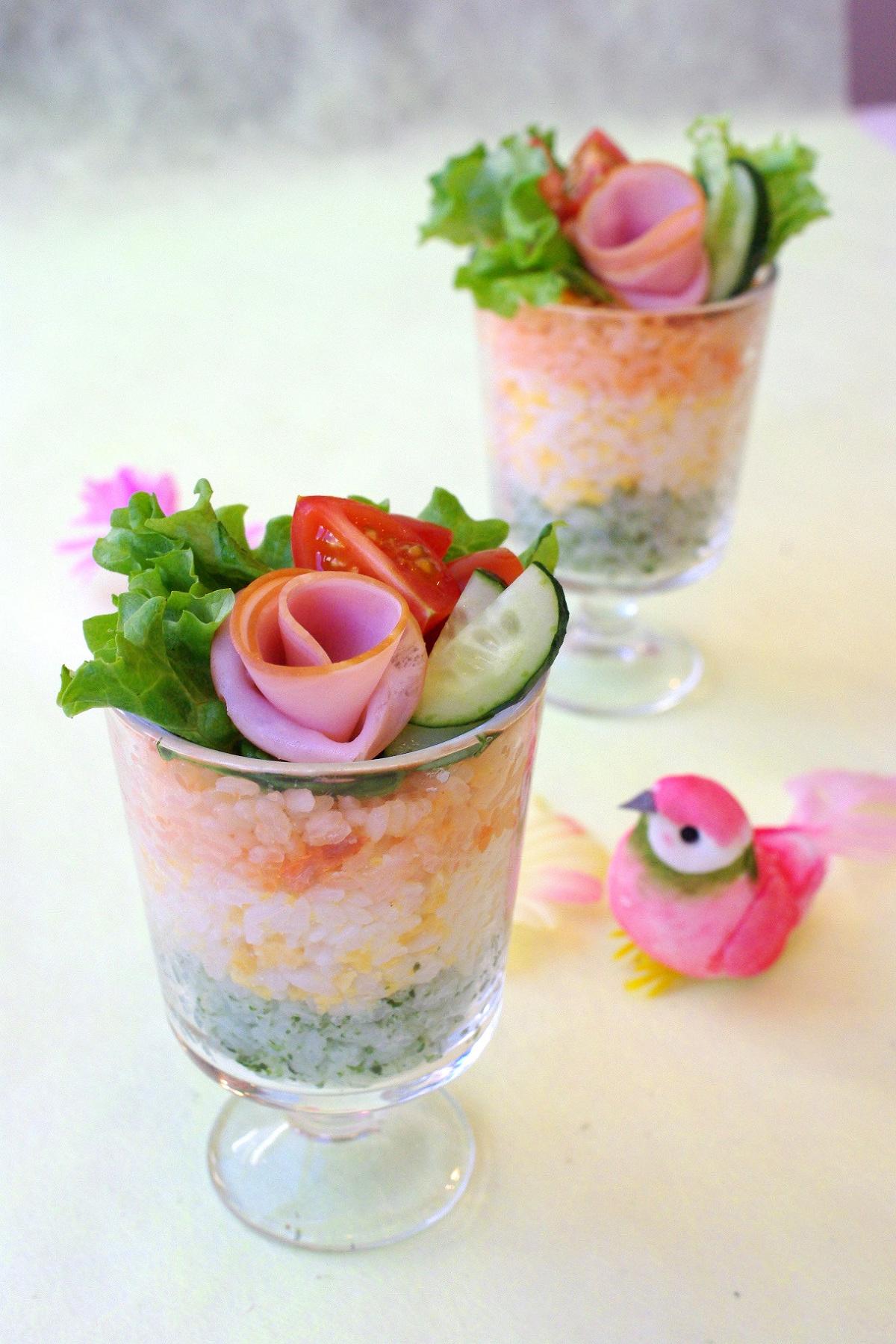 薔薇ハムに一目惚れ?洋風グラスで3色寿司