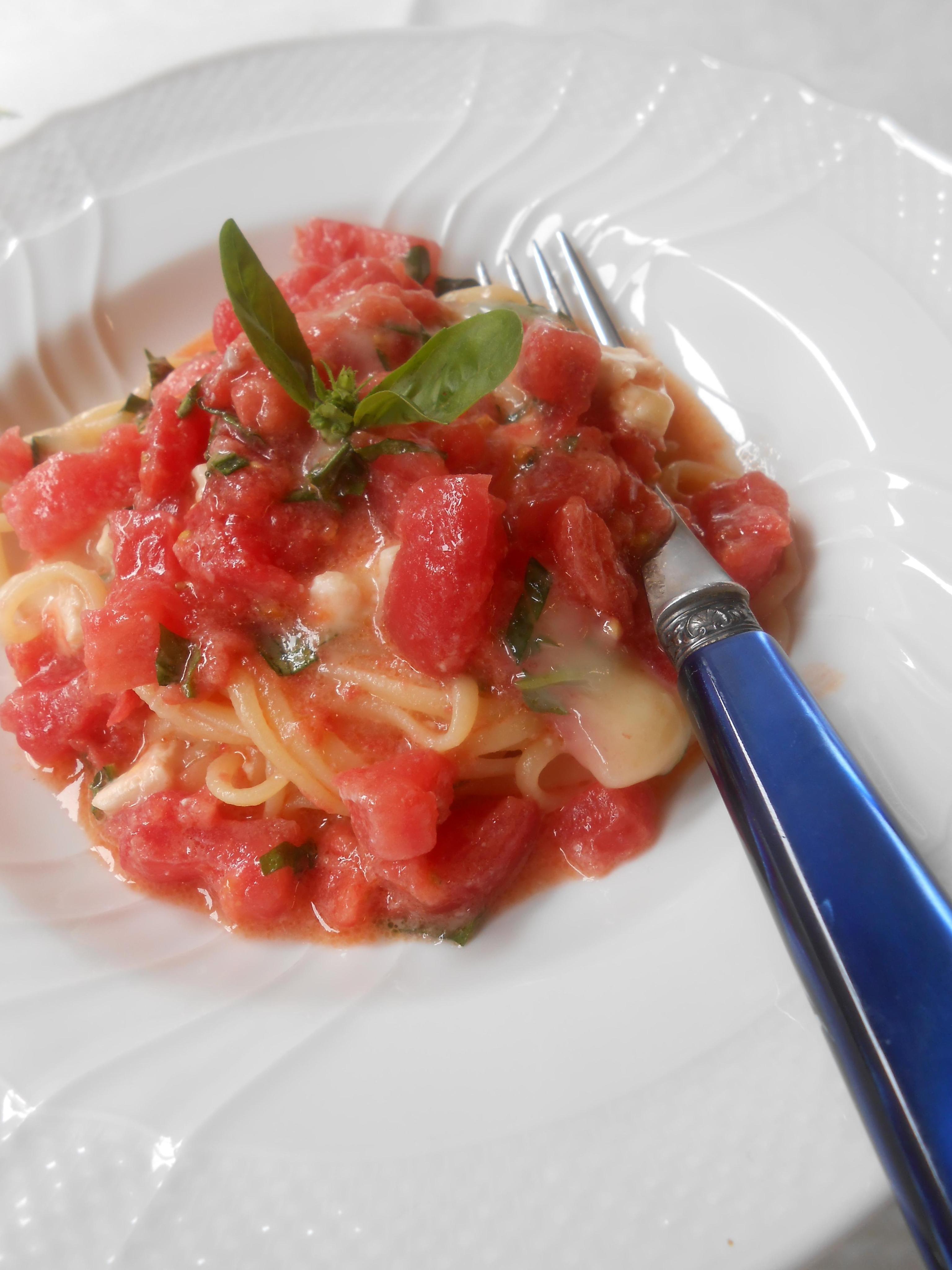 フルーツトマトとブリー(白カビチーズ)のパスタ