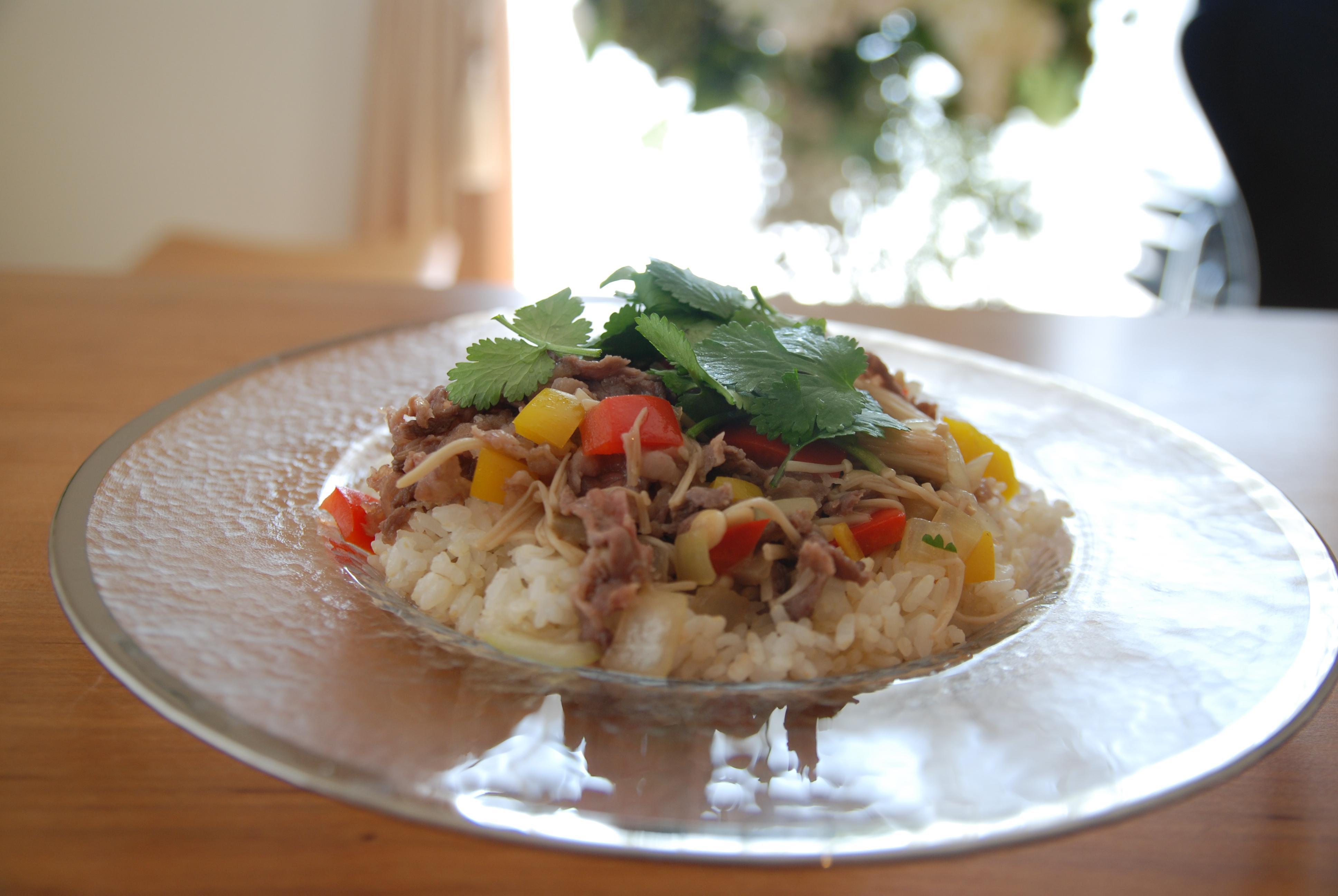 牛薄切り肉とやさいのせガーリックバターライス